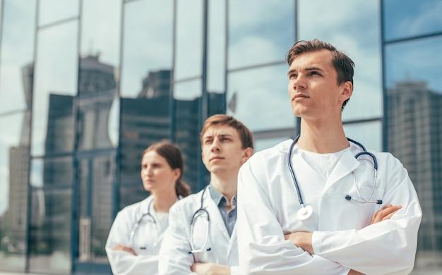 Ścieśniać. zespół lekarzy stojących na ulicy miasta.
