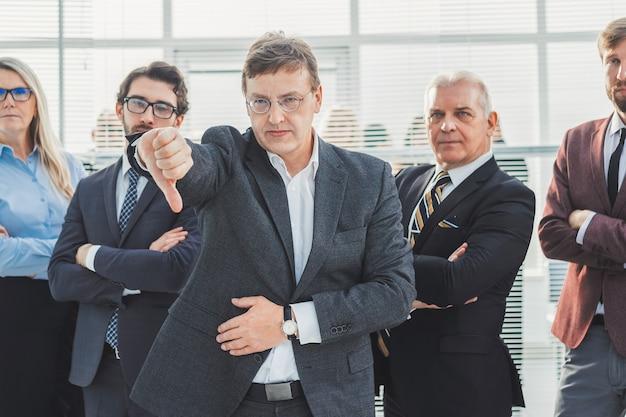 Ścieśniać. zły biznesmen dając kciuk w dół. pomysł na biznes