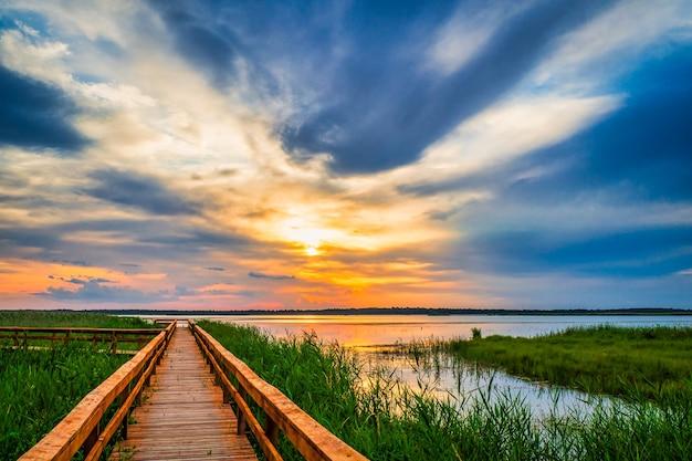 Ścieżka chodnikowa w jeziorze. promenada, drewniany most do ścieżki przyrodniczej.