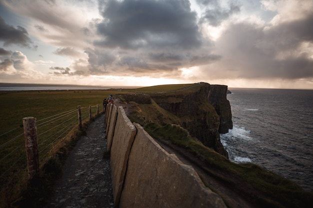 Ścieżka cliffs of moher z cloudscape
