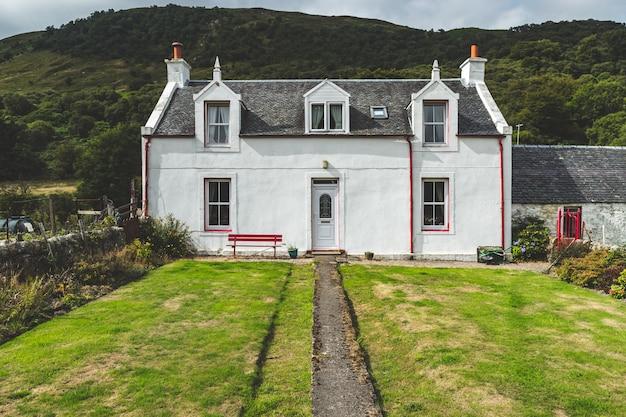 Ścieżka do wejścia do tradycyjnego domu irlandzkiego.