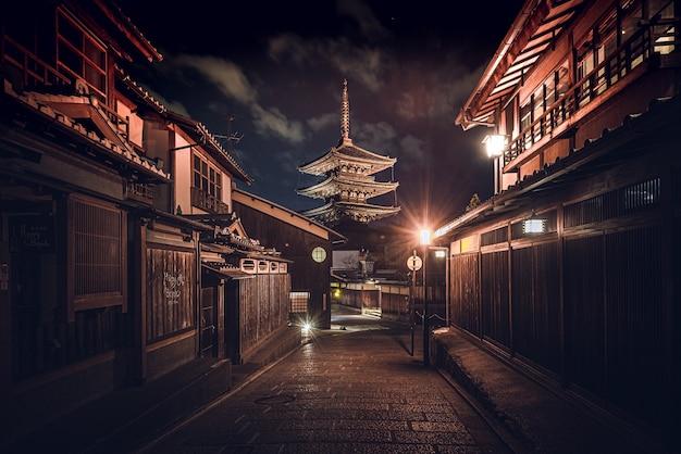 Ścieżka pośrodku budynków pod ciemnym niebem w japonii