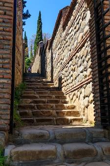 Ścieżka prowadząca do źródła św. nino w klasztorze św. nino w bodbe. sighnaghi, kachetia, gruzja