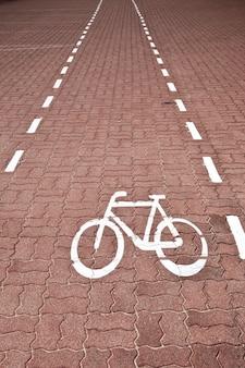 Ścieżka rowerowa z białym znakiem w ventspils na łotwie