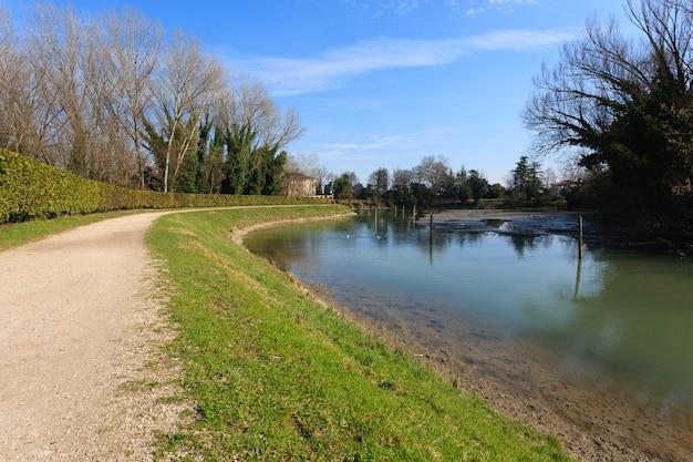 Ścieżka spacerowa wzdłuż rzeki sile