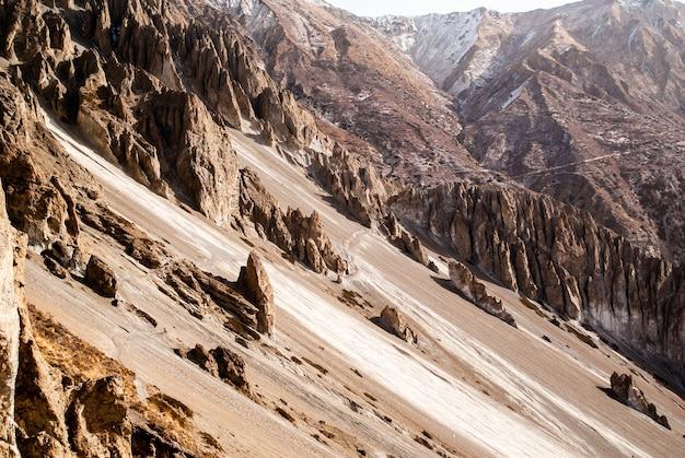 Ścieżka trekkingowa w górach z górskimi wzgórzami