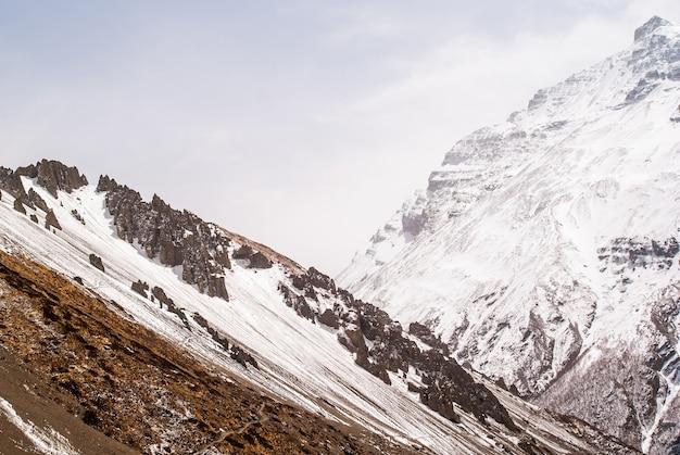 Ścieżka trekkingowa w górach z zaśnieżonymi szczytami