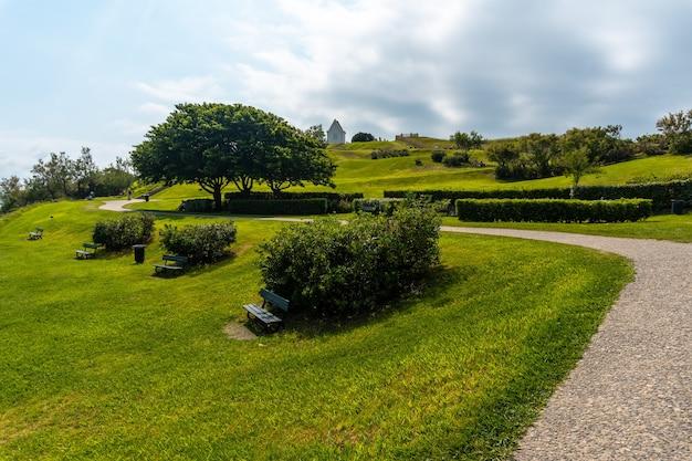 Ścieżka w parku przyrody saint jean de luz o nazwie parc de sainte barbe, col de la grun we francuskim kraju basków