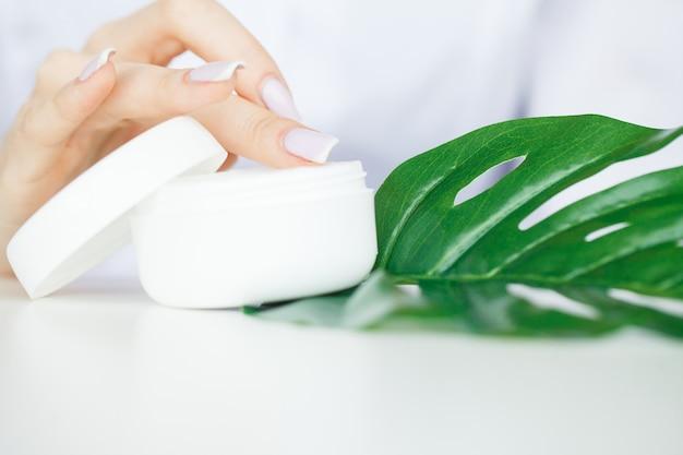 Scin care, naukowiec ręce testowania tekstury produktów kosmetycznych