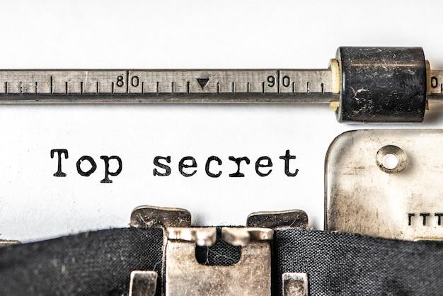 Ściśle tajne słowa wpisane na klasycznej maszynie do pisania.