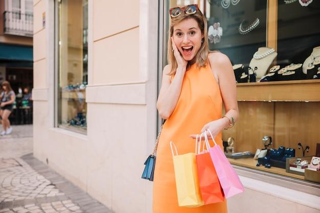 Screaming kobieta w żółtej sukni
