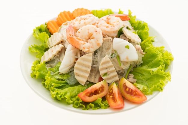 Seafood spicy sałatka z makaronem w stylu tajskim