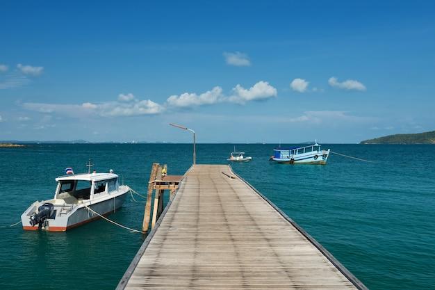 Seasacape z mostem i łodziami w lecie