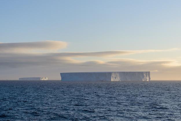 Seascape antarktyczny z góry lodowej
