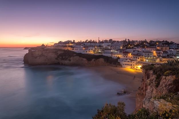 Seascape carvoeiro przy nocą w światłach.