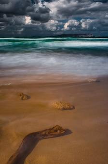 Seascape długiej ekspozycji z zamazaną wodą.