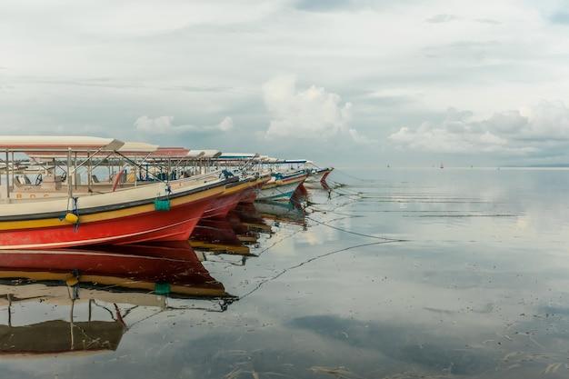 Seascape łodzie na spokojnych chmurach krajobrazu wody