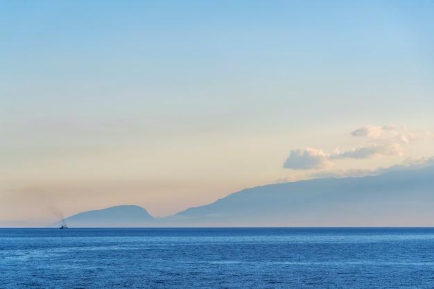 Seascape o zachodzie słońca. wybrzeże morza czarnego na krymie.