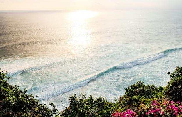 Seascape, ocean o zachodzie słońca. oceanu wybrzeże z fala blisko uluwatu świątyni przy zmierzchem, bali, indonezja.