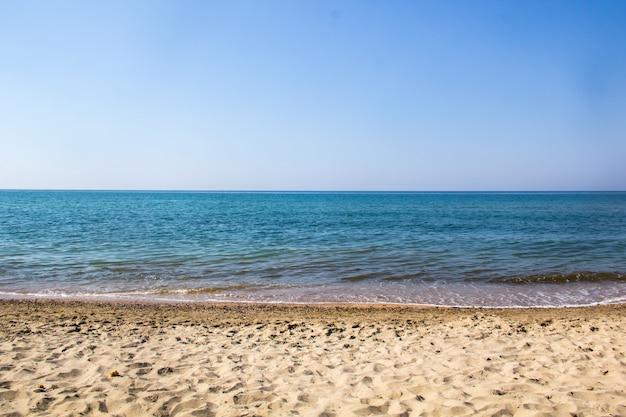 Seascape piasku brzegu i fale morza czarnego