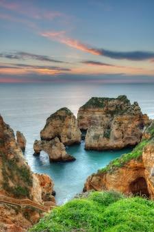 Seascape piękny wschód słońca. lagos, portugalia, algarve.