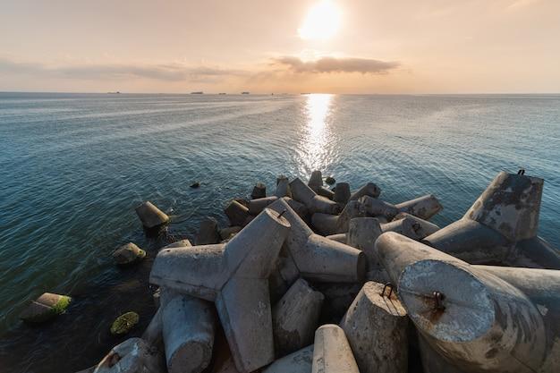 Seascape piękny zachód słońca