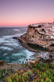 Seascape portugalskiego miasta. azenhas do mar.