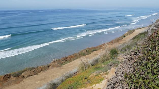 Seascape punkt widokowy, punkt widokowy w del mar w pobliżu torrey pines, wybrzeże kalifornii usa. z góry nad panoramicznym przypływem oceanu, błękitnymi falami morza, stromym, zerodowanym klifem. widok na wybrzeże, widok na linię brzegową pod dużym kątem
