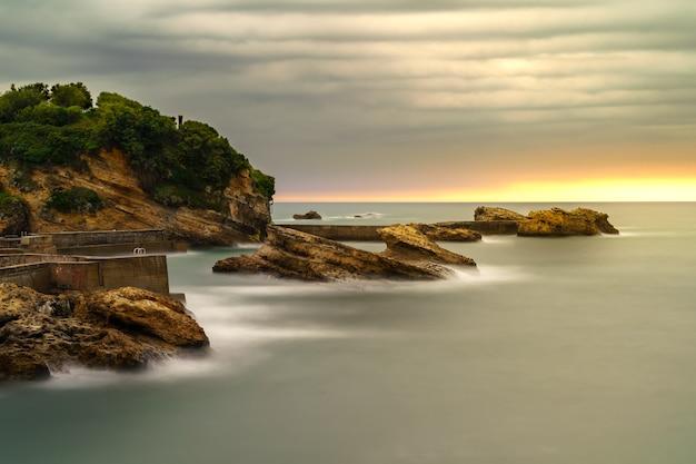 Seascape w biarritz we francji w długiej ekspozycji fotograficznej. dramatyczne niebo.