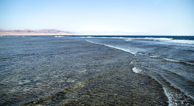 Seascape w pobliżu gór w słoneczny dzień. koncepcja przyrody i turystyki.
