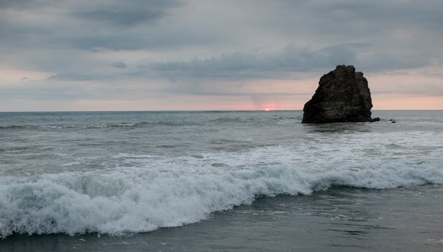 Seascape wzdłuż mal pais linii brzegowej w san jose costa rica