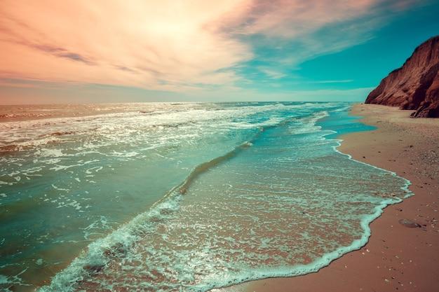 Seascape z glinianym stromym wybrzeżem. wybrzeże w pochmurny dzień