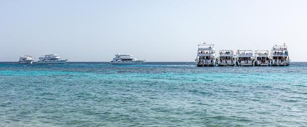 Seascape z jachtami na morzu przy jasnej, słonecznej pogodzie.