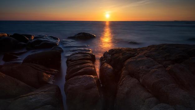Seascape z kamienia łukiem przy zmierzchem, rayong