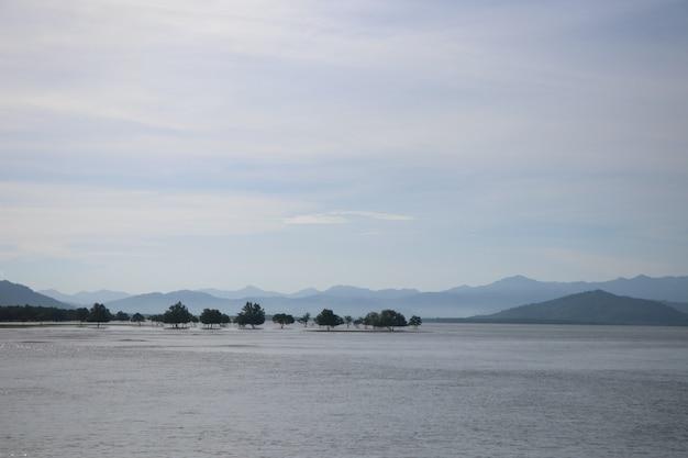 Seascape z mountian przy południową tajlandia tęsk plaża