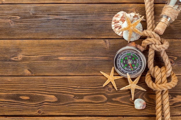 Seashells granica na drewnianym tle