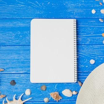 Seashells i kapelusz z notatnikiem