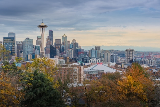 Seattle cityscape wcześnie monring jesienią