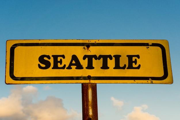 Seattle miasta koloru żółtego stary znak z niebieskim niebem