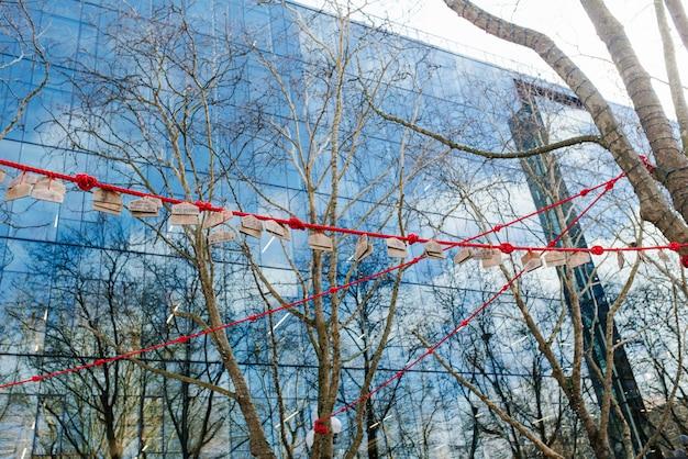 Seattle, waszyngton, usa. czerwona lina z drewnianymi znakami na pioneer square