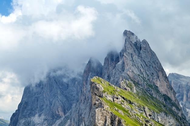 Seceda wierzchołek góra w chmurach