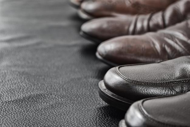 Second hand classic shoes skórzane na czarnym tle skóry w second hand sklep, zamknij się strzał, shallow dof