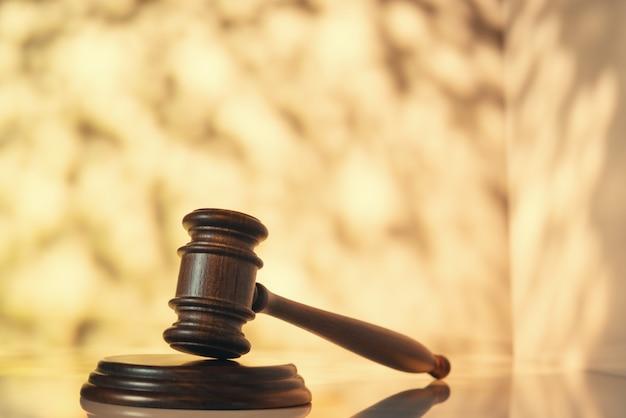 Sędzia (aukcja) młotek na stole z abstrakcyjną przestrzenią