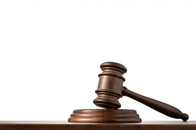 Sędzia (aukcja) młotek na stole z na białym tle