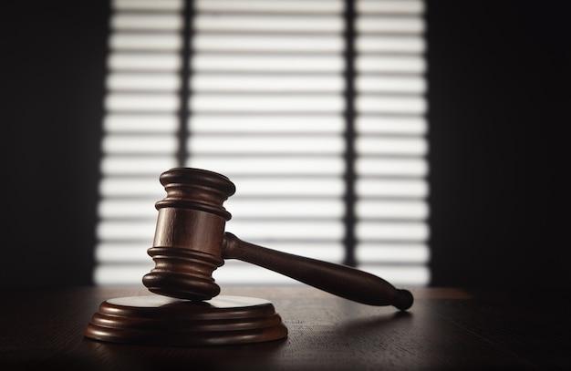 Sędzia (aukcyjny) młotek w biurze