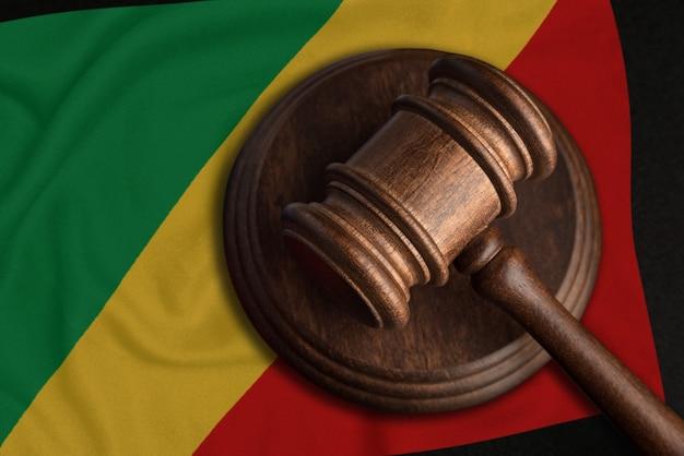 Sędzia gavel i flaga konga. prawo i sprawiedliwość w republice konga. naruszenie praw i wolności