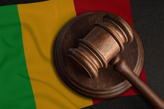Sędzia gavel i flaga mali. prawo i sprawiedliwość w mali. naruszenie praw i wolności.