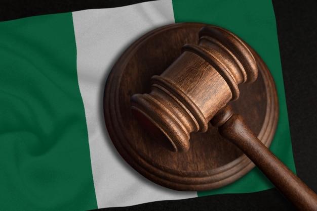 Sędzia gavel i flaga nigerii. prawo i sprawiedliwość w nigerii. naruszenie praw i wolności.
