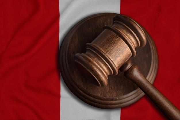 Sędzia gavel i flaga peru. prawo i sprawiedliwość w republice peru. naruszenie praw i wolności.