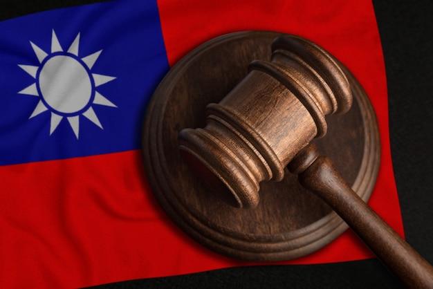 Sędzia gavel i flaga republiki chińskiej. prawo i sprawiedliwość na tajwanie. naruszenie praw i wolności.